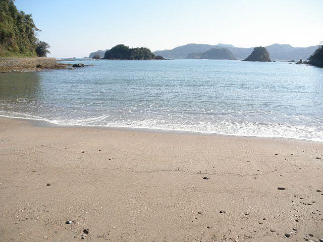 香住下ノ浜・三田浜海水浴場、町から離れ、自然の中のきれいな海水浴場です。大きな魚が釣れるかも?ですね。