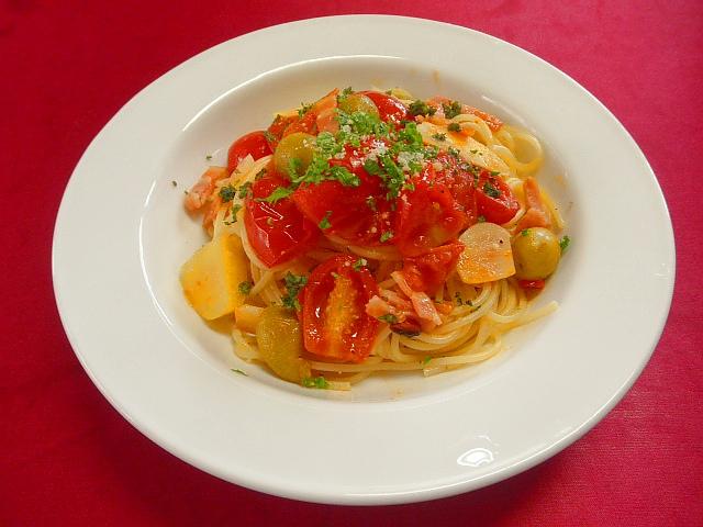 #トマトパスタ #フライパンにオリーブオイル #ニンニク #赤唐辛子を入れ炒める。 #ミニトマトバジルの葉を入れさらに炒める #白ワインをふり塩コショウで味を調える。 #ゆで上がったパスタ に オリーブの実を混ぜ合わせる。 #最後にイタリアンパセリのみじん切りを散らす