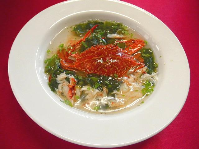 #ワタリガニスープ #ワタリガニを2匹茹でる ♯1匹のかにはを全てほぐしスープを作ります ♯残りのかには腹に切り込みを入れ食べやすくします #ほぐした身にタマネギ #若芽等入れて #塩コショウで味を調えあんをつくり盛り付けます