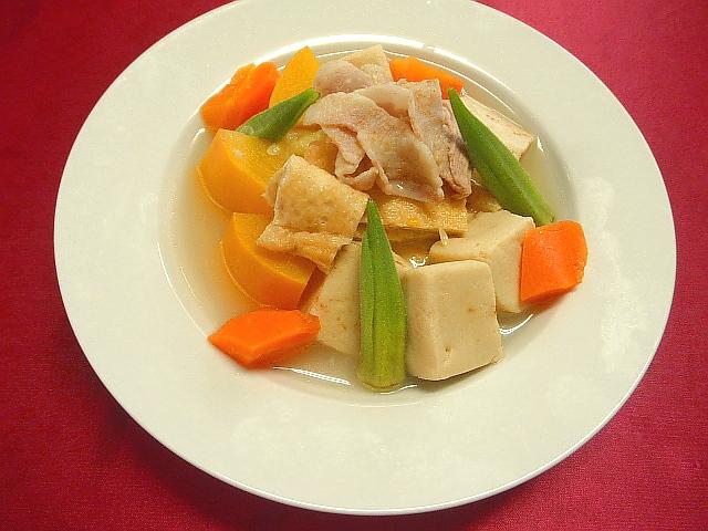 #具だくさん煮込みスープ #鍋に高野豆腐 #ニンジン #豚肉 #ズッキーニなどを入れサンショの実を加え煮込みます