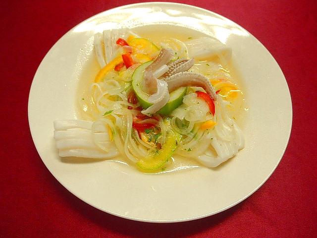 #白イカのカルパッチョ #白イカを湯引きにかけます #皿にもりつけタマネギ #パプリカなどをのせ #ドレッシングをかけます #ドレッシングはレモン #オリーブオイル #塩コショウでつくります