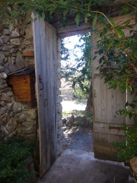 La porte d'entrée, donnant sur la rue