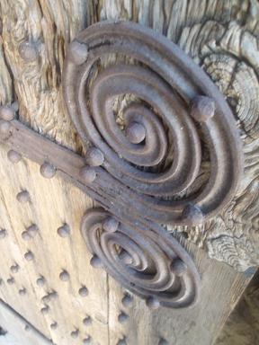 Décors en fer forgé de la porte du prieuré