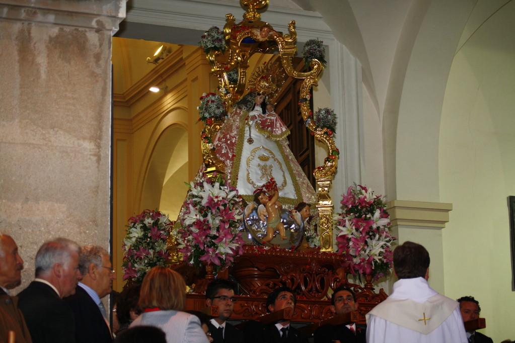 Llegada de la Virgen al atrio de la Iglesia.