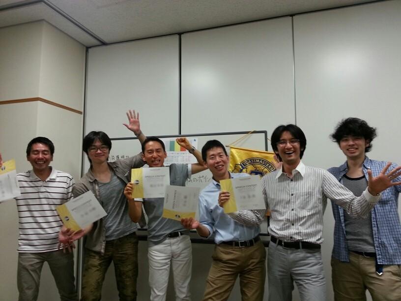 論評コンテスト出場者と会長のA國さん(右)。左から、I上さん、H松、M田さん、M永さん、J見さん。