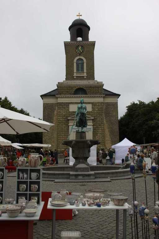 0097_31 Juli 2011_Husum_Marktplatz_Brunnen_Fischersfrau Tine_Marienkirche