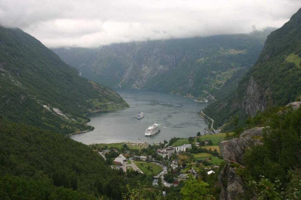 Bild 2672 - Norwegen, Geiranger, Flydalsjuvet, MS Delphin & AIDA
