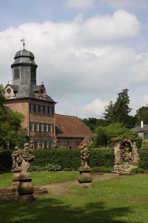 0004_19 Mai 2012_Rhododendron_Schloss Wolfsgarten_Skulpturen