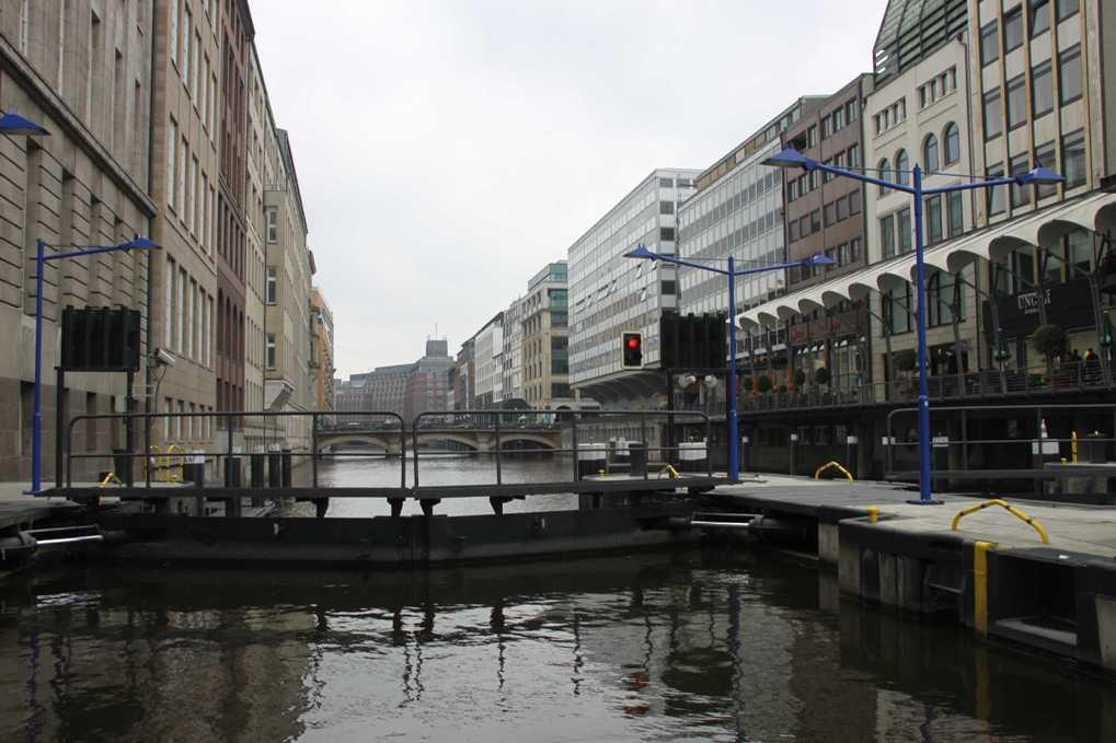 0294_11 Juni 2011_Hamburg_Alsterarkaden_Rathausschleuse