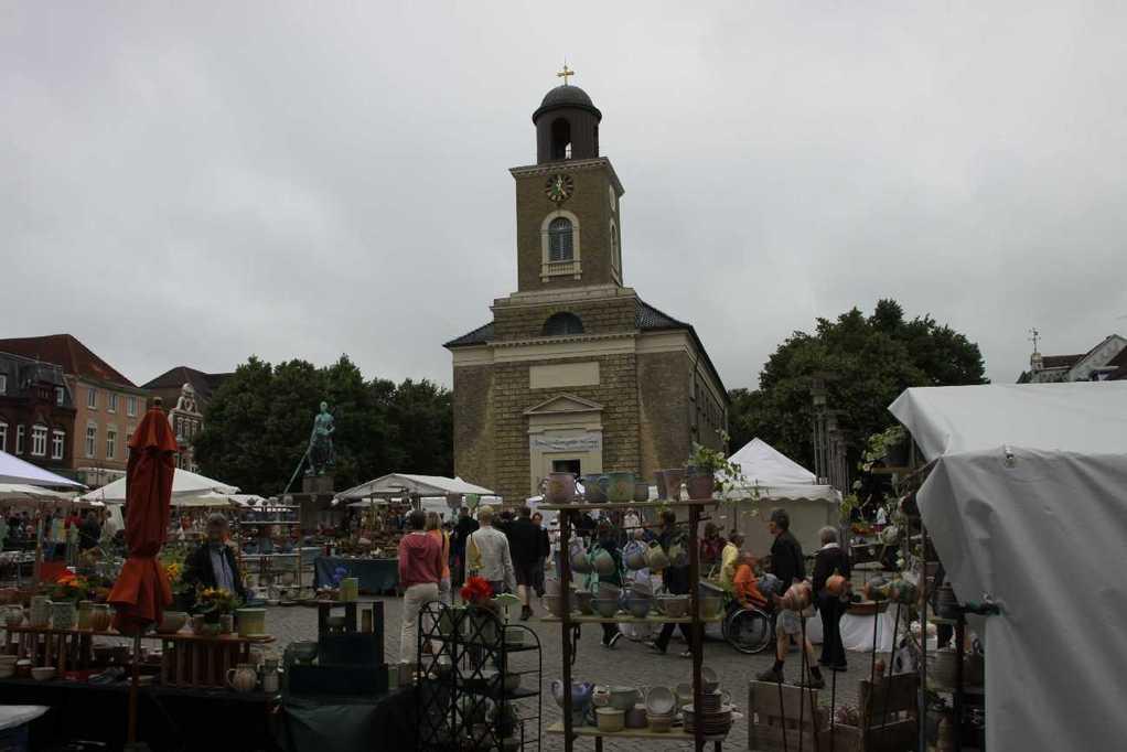 0095_31 Juli 2011_Husum_Marktplatz_Brunnen_Fischersfrau Tine_Marienkirche