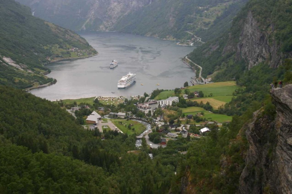 Bild 2690 - Norwegen, Geiranger, Flydalsjuvet, MS Delphin & AIDA