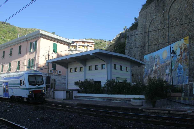 0757_11 Okt 2013_Cinque-Terre_Riomaggiore_Bahnhof_Zug