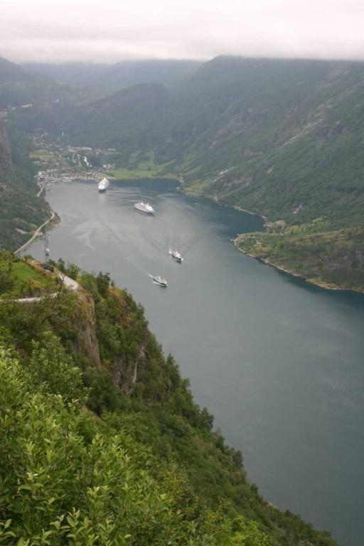 Bild 2657 - Norwegen, Geiranger, Adlerkehre, MS Delphin & AIDA