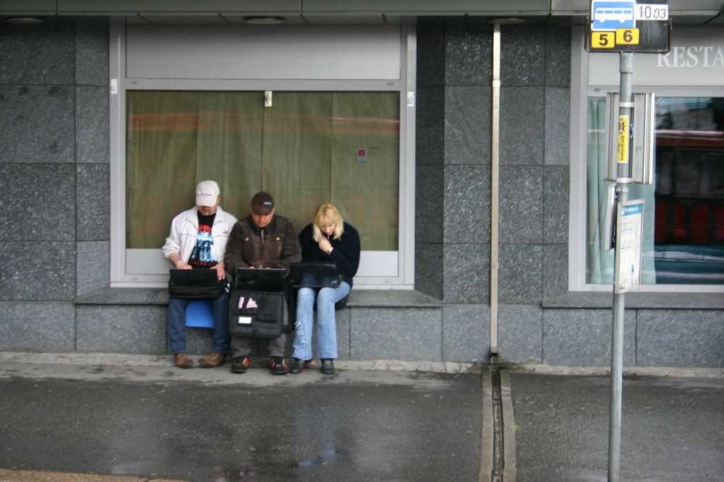 Bild 3076 - Norwegen, Bergen, Passanten mit Laptop im Regen