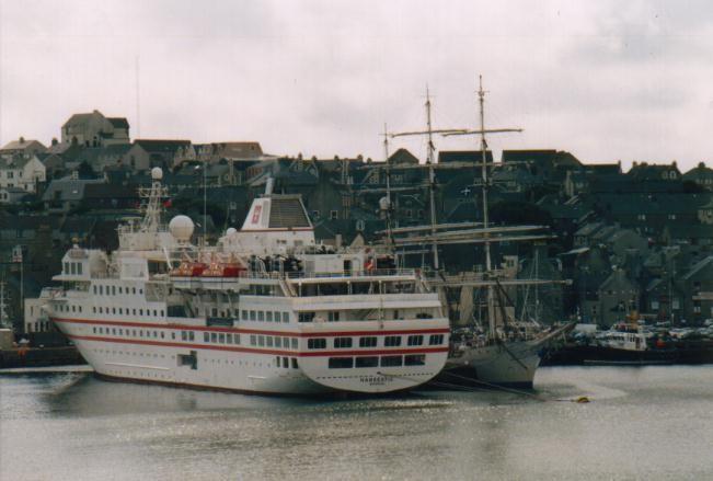 Hanseatic & Christian Radich im Hafen von Lerwick