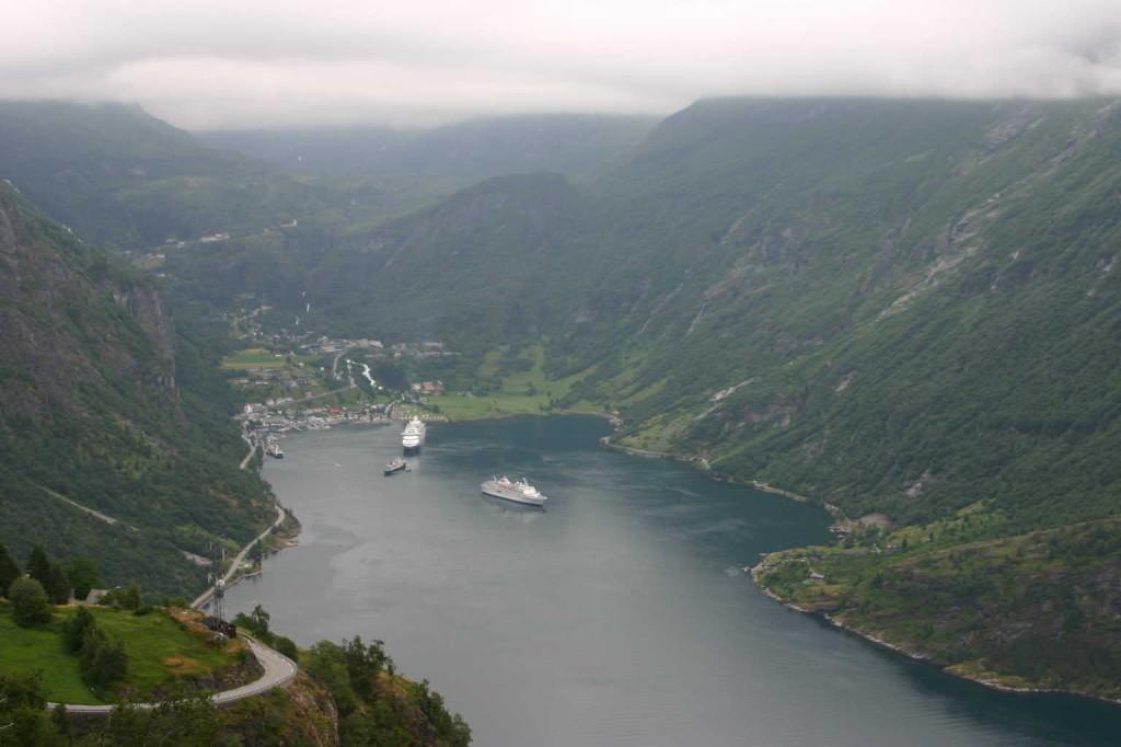 Bild 2641 - Norwegen, Geiranger, Adlerkehre, MS Delphin & AIDA