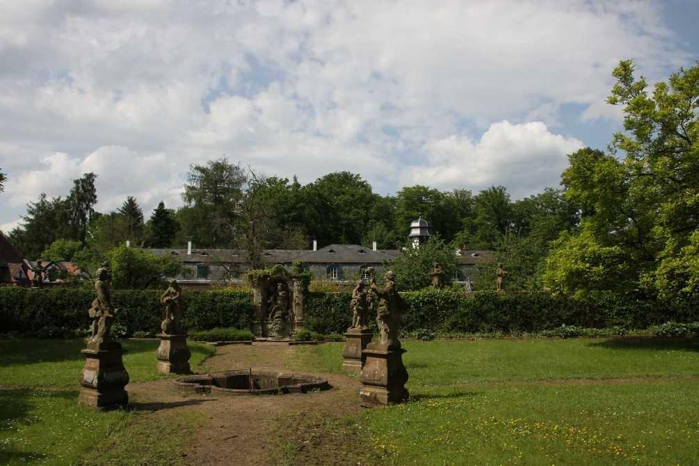 0299_19 Mai 2012_Rhododendron_Schloss Wolfsgarten_Skulpturen