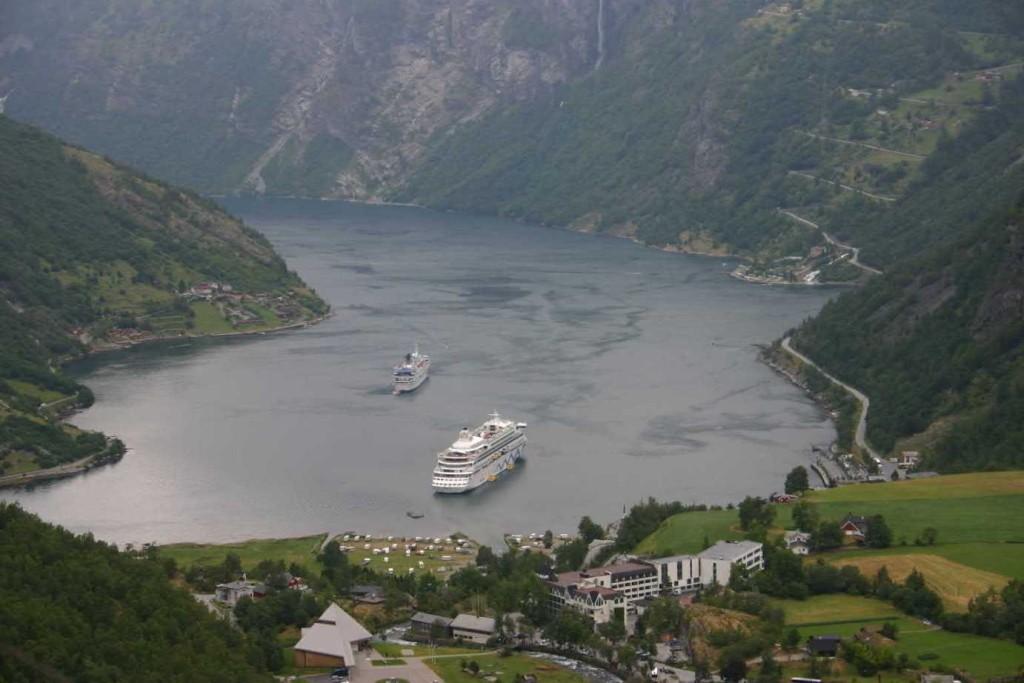Bild 2692 - Norwegen, Geiranger, Flydalsjuvet, MS Delphin & AIDA