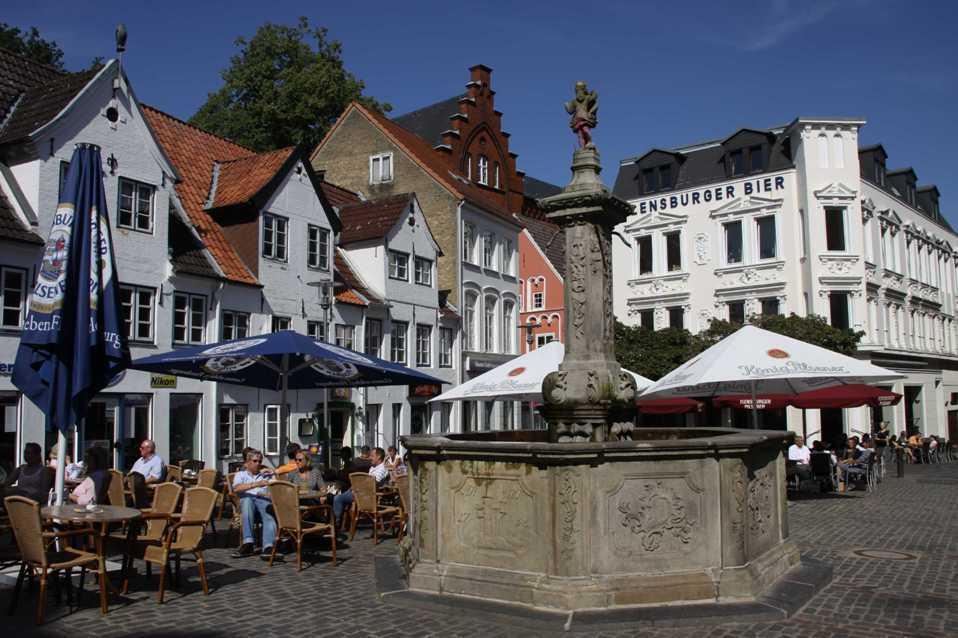 0265_30 Juli 2011_Flensburg_Nordermarkt_Neptunbrunnen