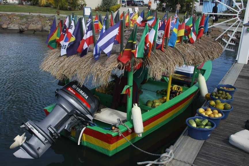 0537_24 NOV 2013_St-Lucia_Rodney Bay_Schwimmender Obststand