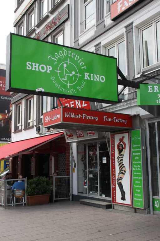 0086_10 Juni 2011_Hamburg_Reeperbahn_Piercing-Shop