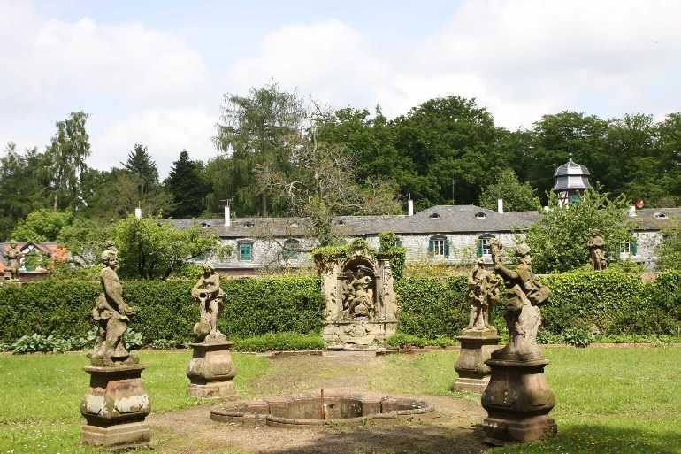 0005_19 Mai 2012_Rhododendron_Schloss Wolfsgarten_Skulpturen
