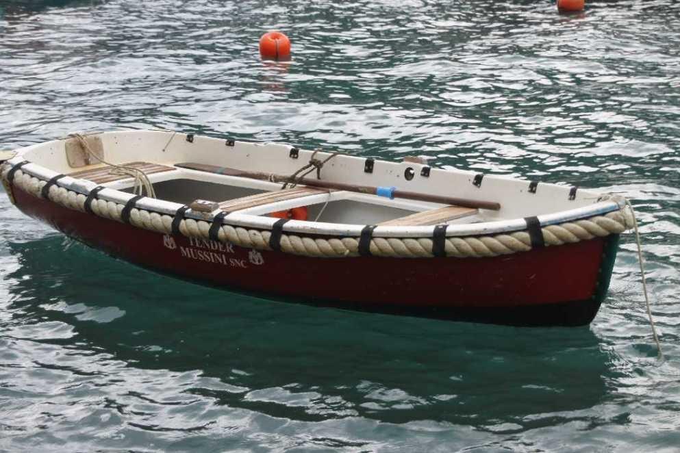 0666_10 Okt 2013_Portofino_Boot-im-türkisen-Wasser