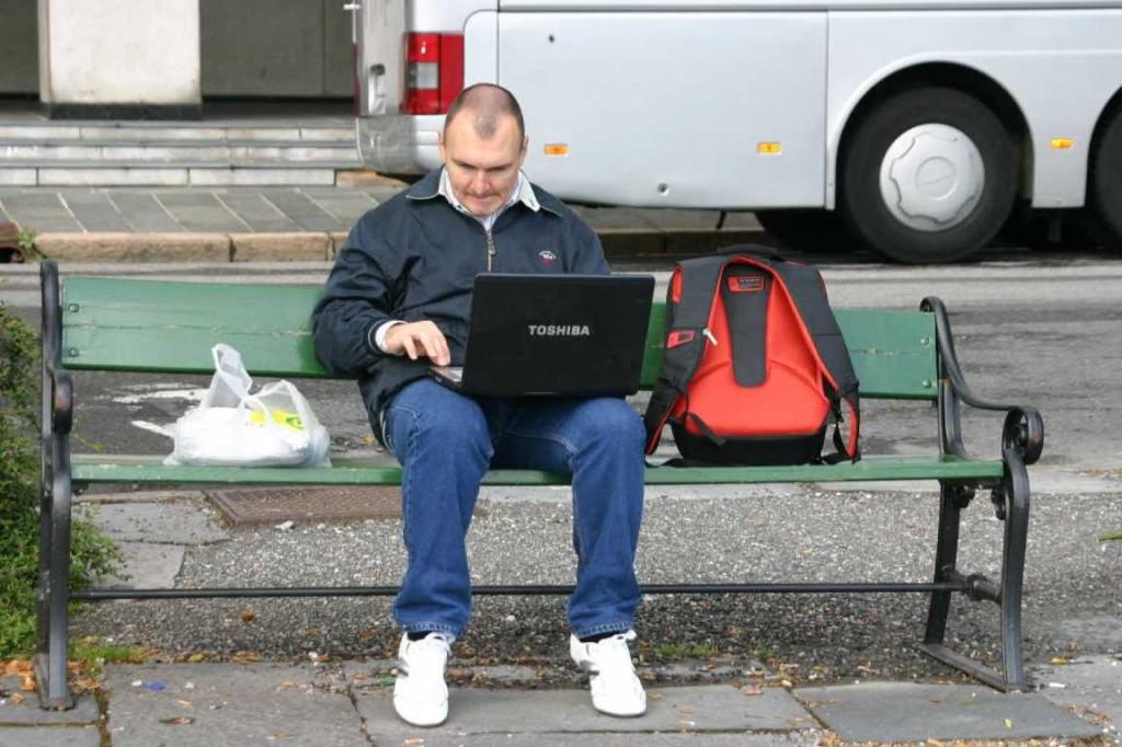 Bild 3241 - Norwegen, Bergen, Passant mit Laptop