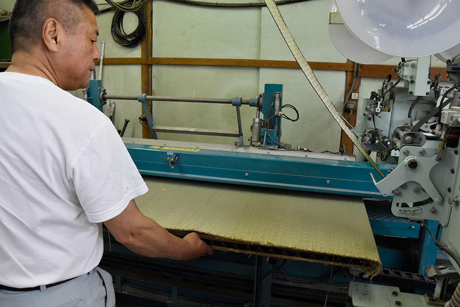 畳の縁を縫い付ける