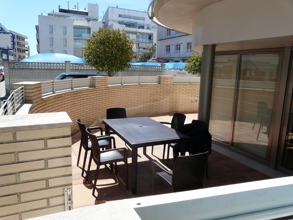 Terrasse avec table, chaises et parasol