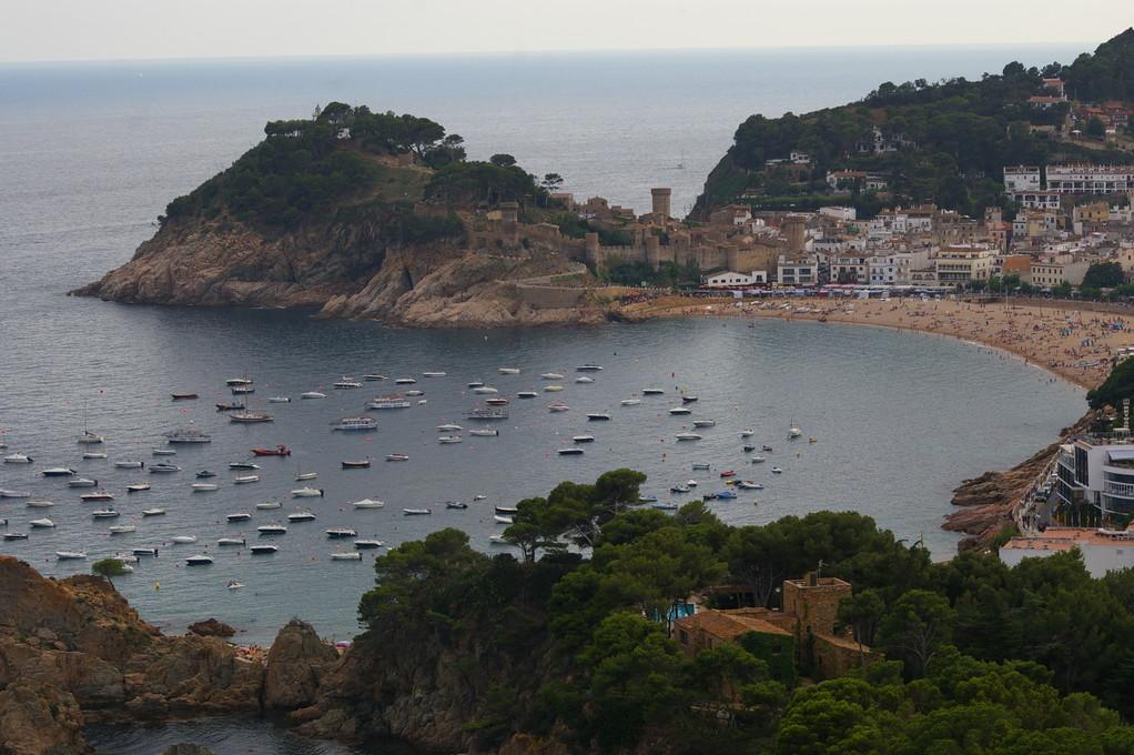 """""""Alquiler de vacaciones en la Costa Brava"""" vista general de """"Tossa de Mar""""."""