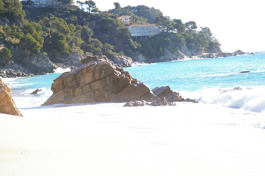 plage avec vue sur les appartements Cala Llevadó, Tossa de Mar