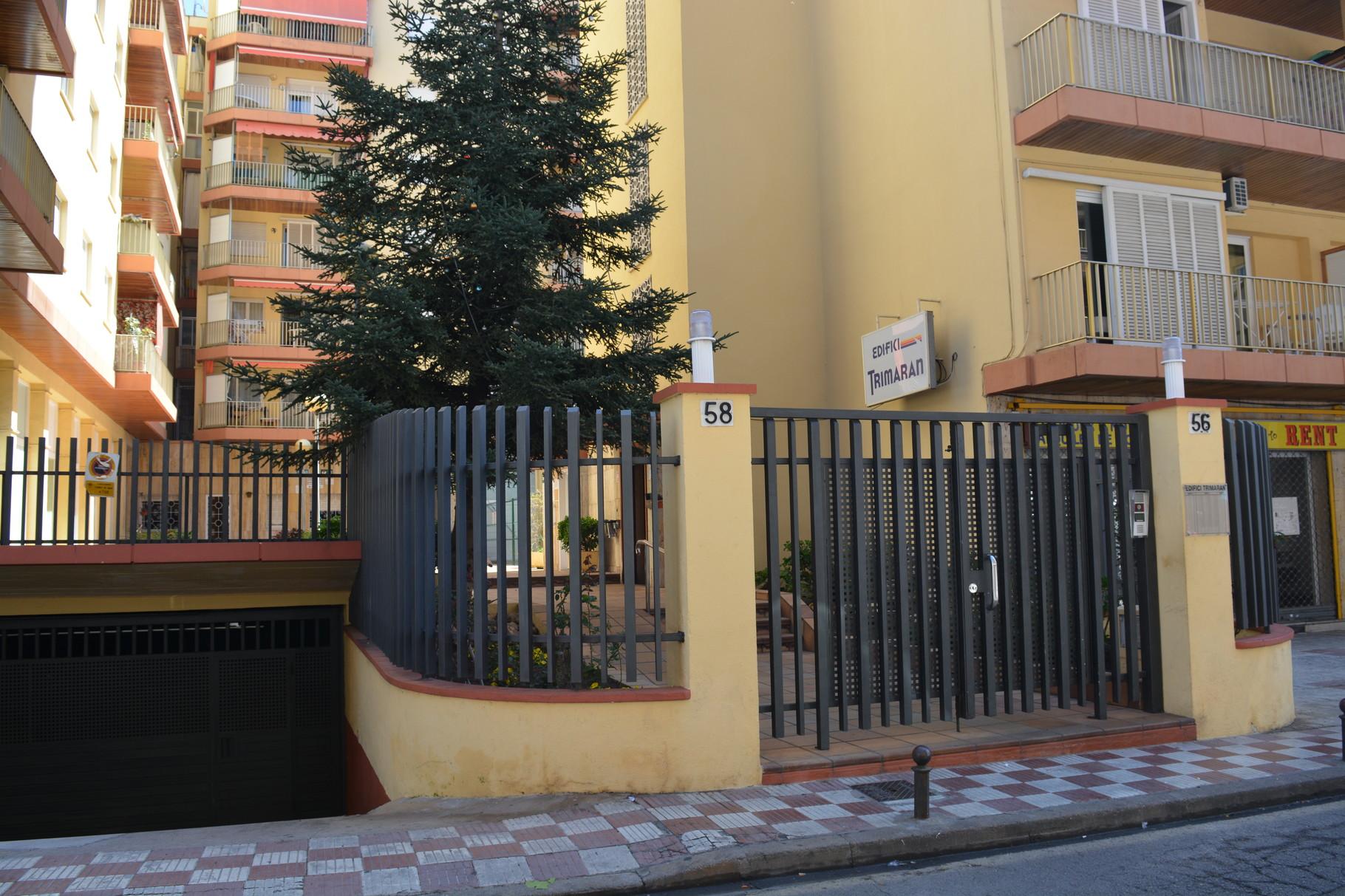 Entrada al edificio del apartamento