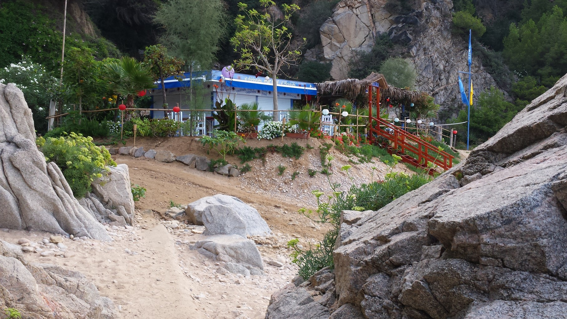 Bar cocteleria a la platja, Mar blau