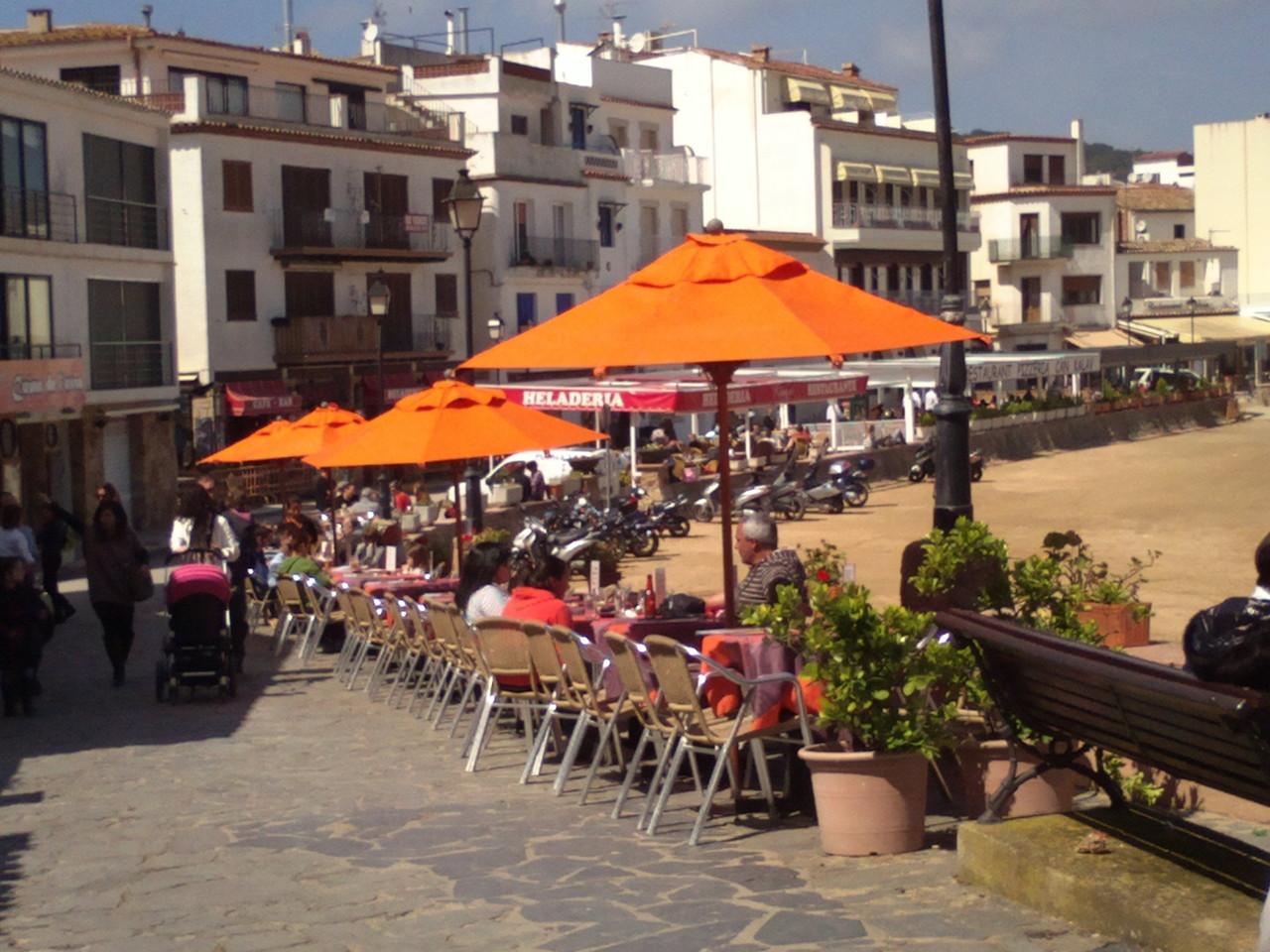 Promenade avec des restaurants à Tossa de Mar