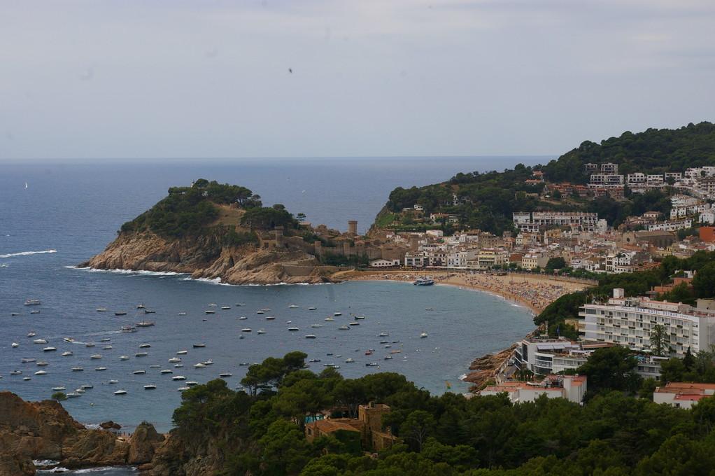 """""""Alquiler de vacaciones en la Costa Brava"""" vistas del castillo de """"Tossa de Mar"""" y su playa."""