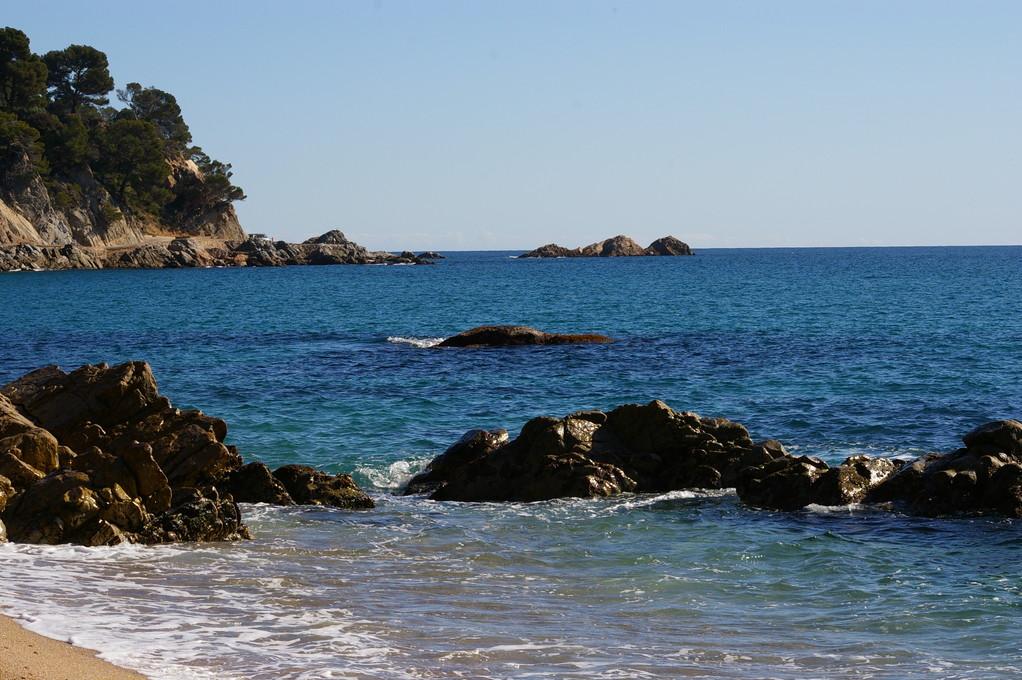 """""""Alquiler de vacaciones en la Costa Brava"""" magnifica foto del mar."""