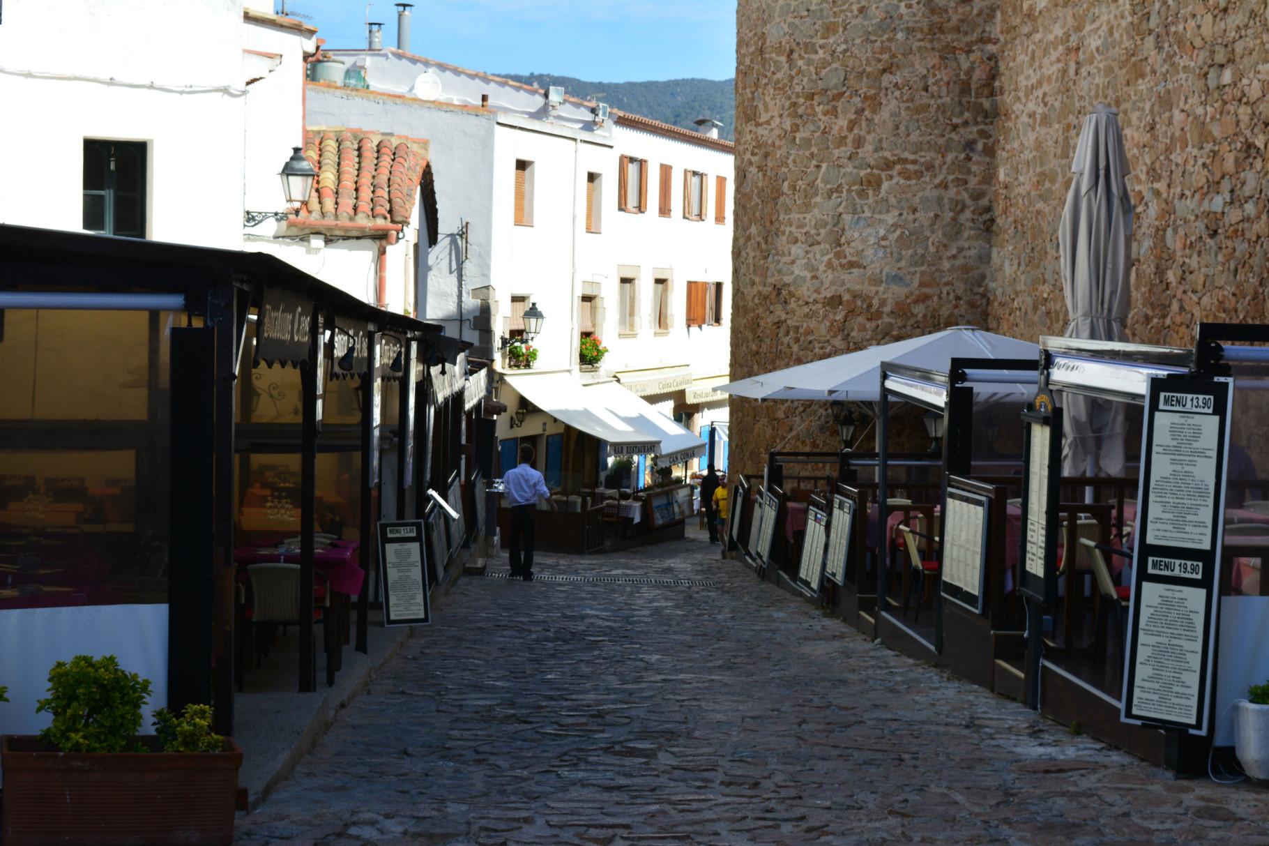 Calle del castillo de restaurantes