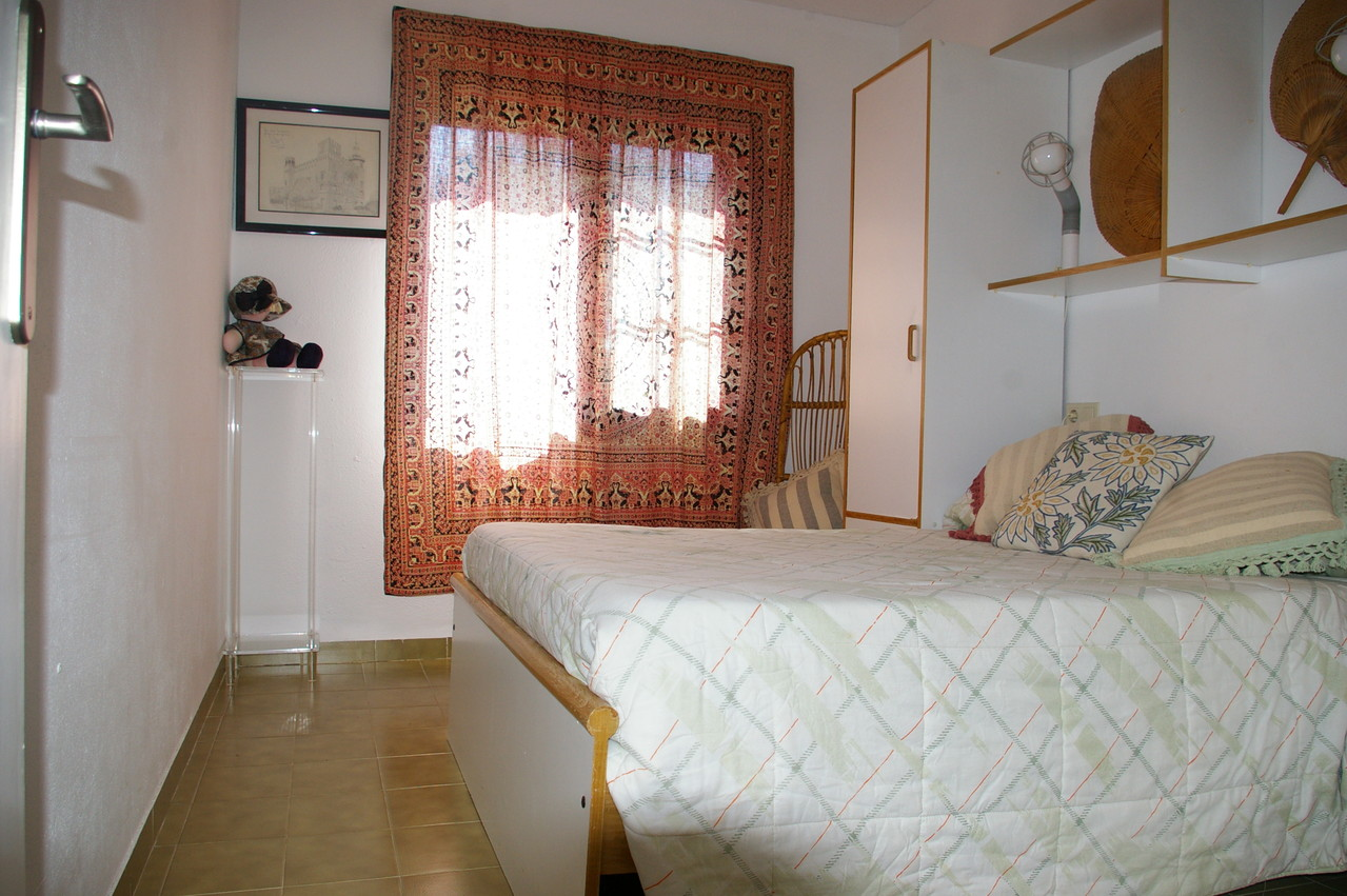 Dormitorio con cama doble de la casa con piscina de alquiler de vacaciones en Tossa de mar