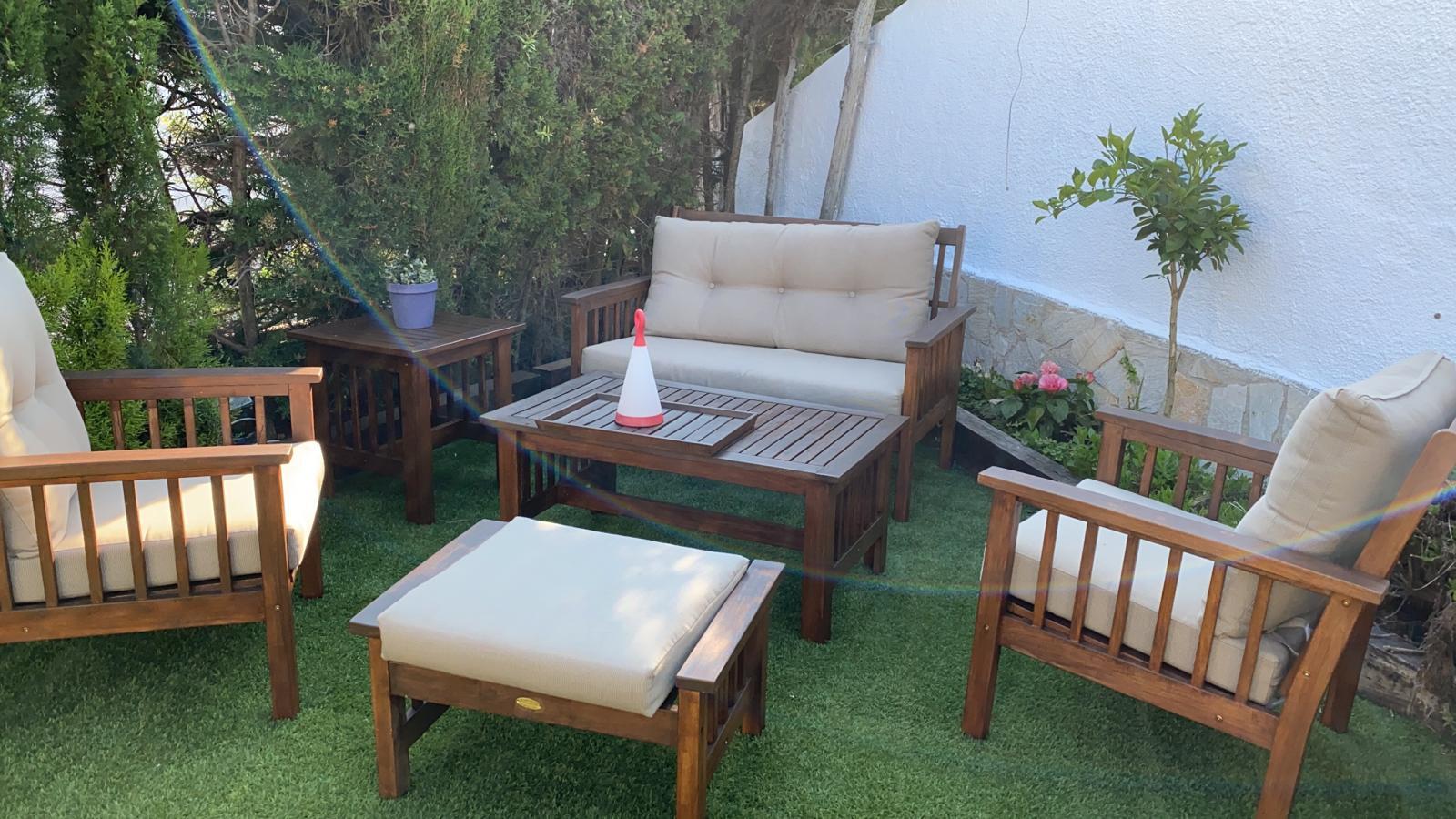 sofás en el jardín