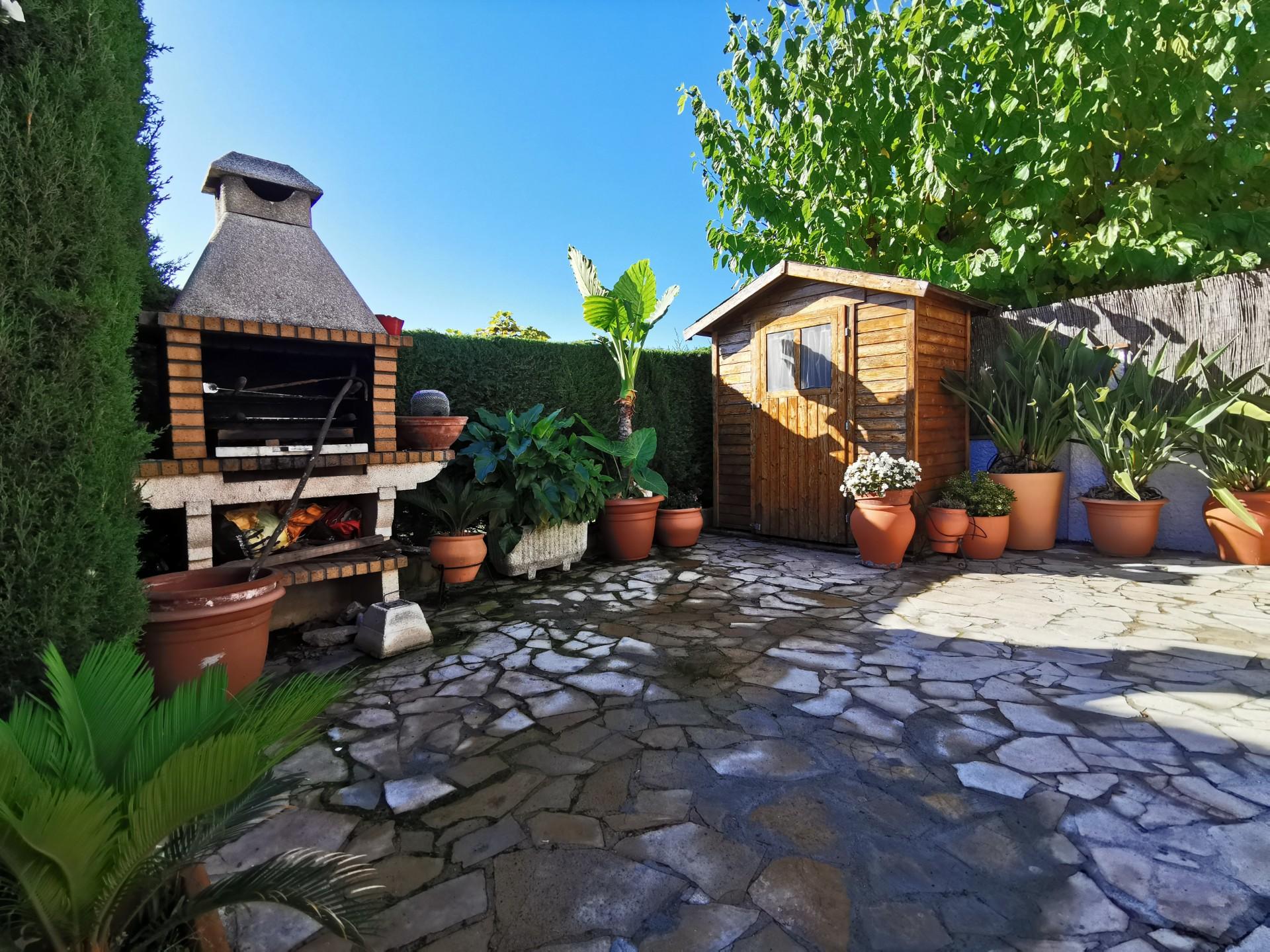 jardín con barbacoa