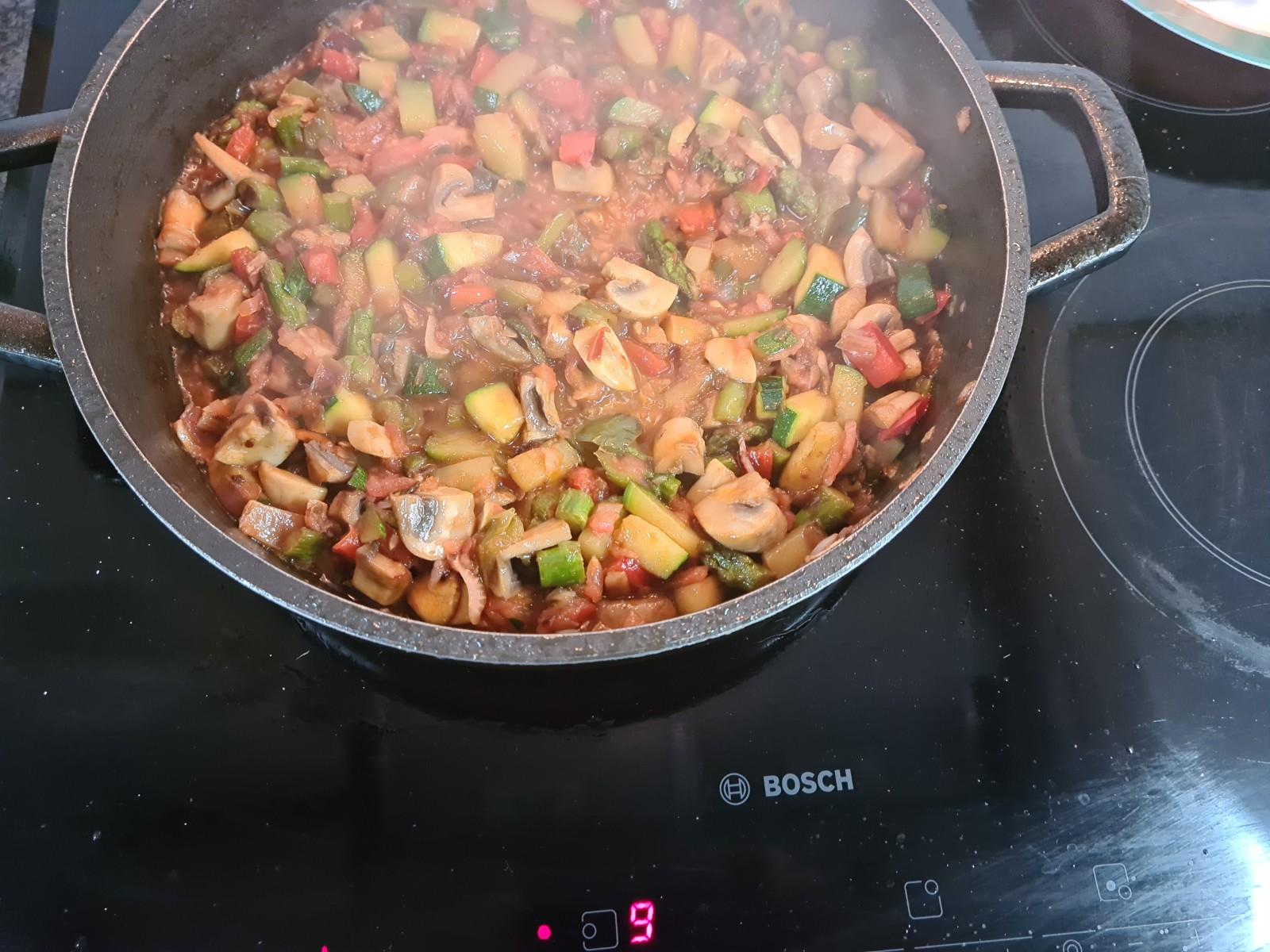Una vez esté frito el tomate añadimos el caldo