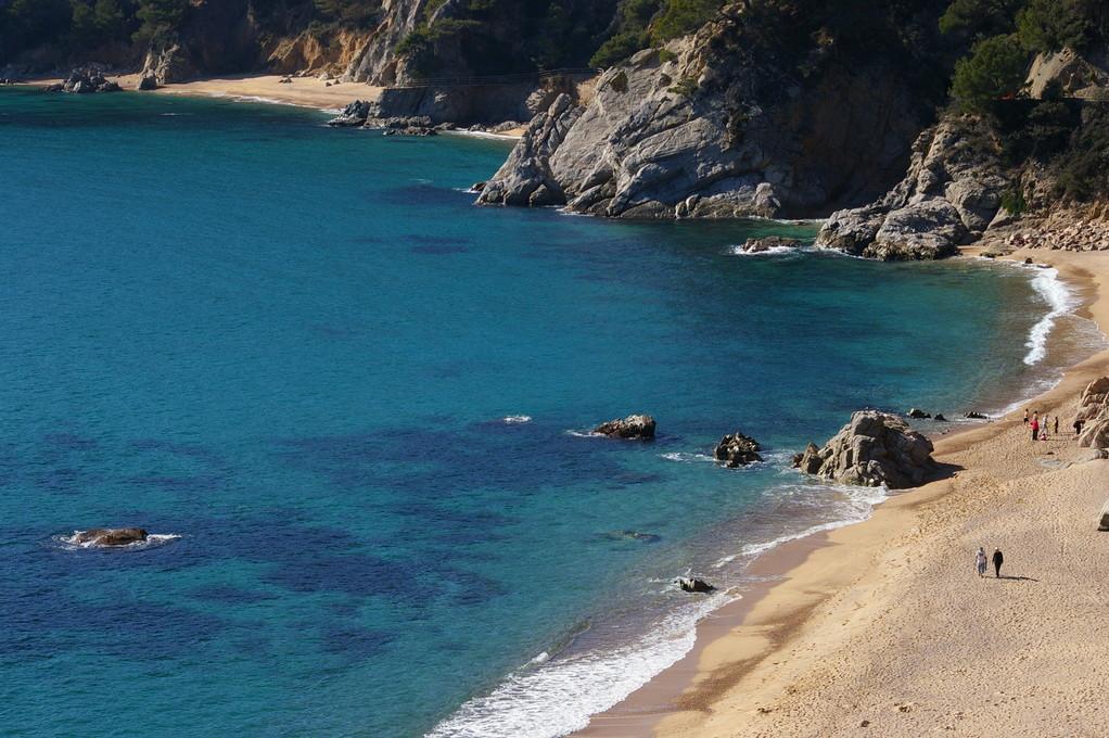 """""""Alquiler de vacaciones en la Costa Brava""""vista aérea de la playa."""