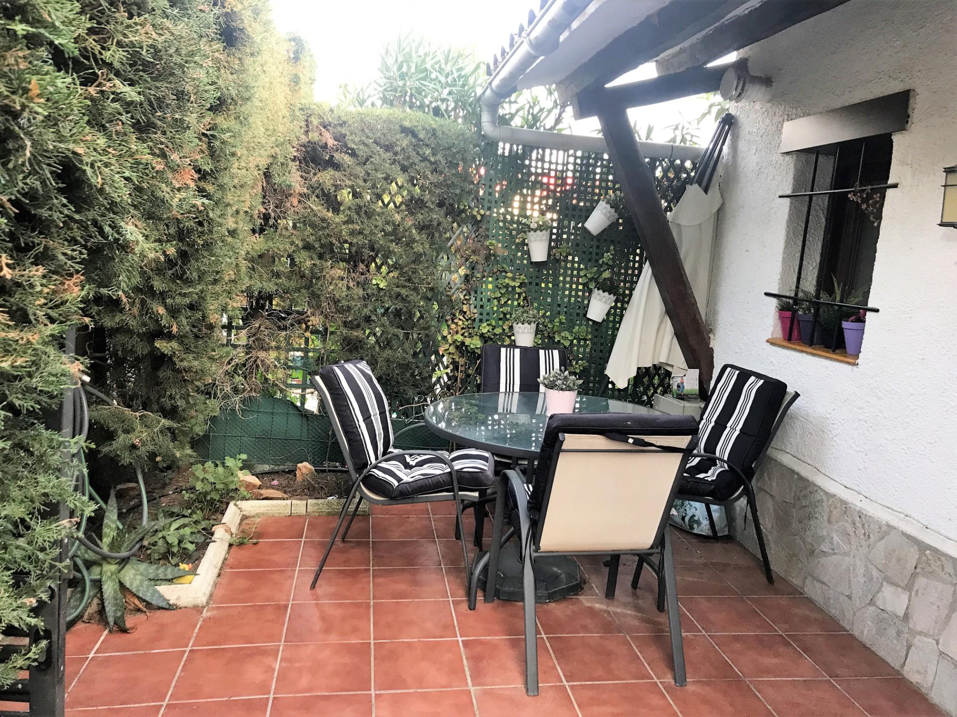 mesa en el jardín