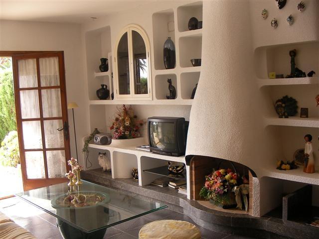 """""""Alquiler de vacaciones en la Costa Brava"""" salón con chimenea."""