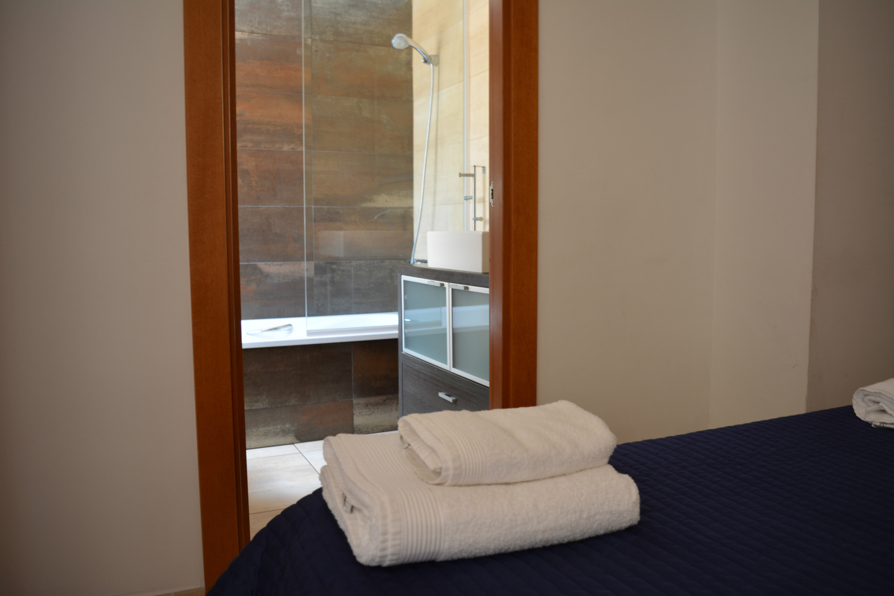 dormitorio con baño