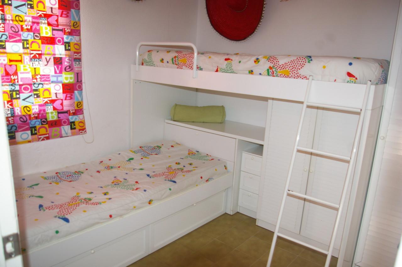 Dormitorio con tres cama de la casa de vacaciones en Tossa de Mar