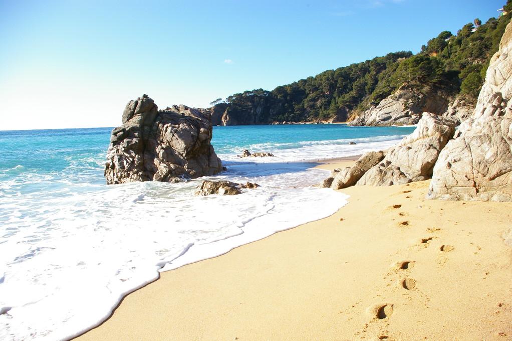 """""""Alquiler de vacaciones en la Costa Brava"""", monolito en la playa de """"Santa Maria de Llorell""""."""
