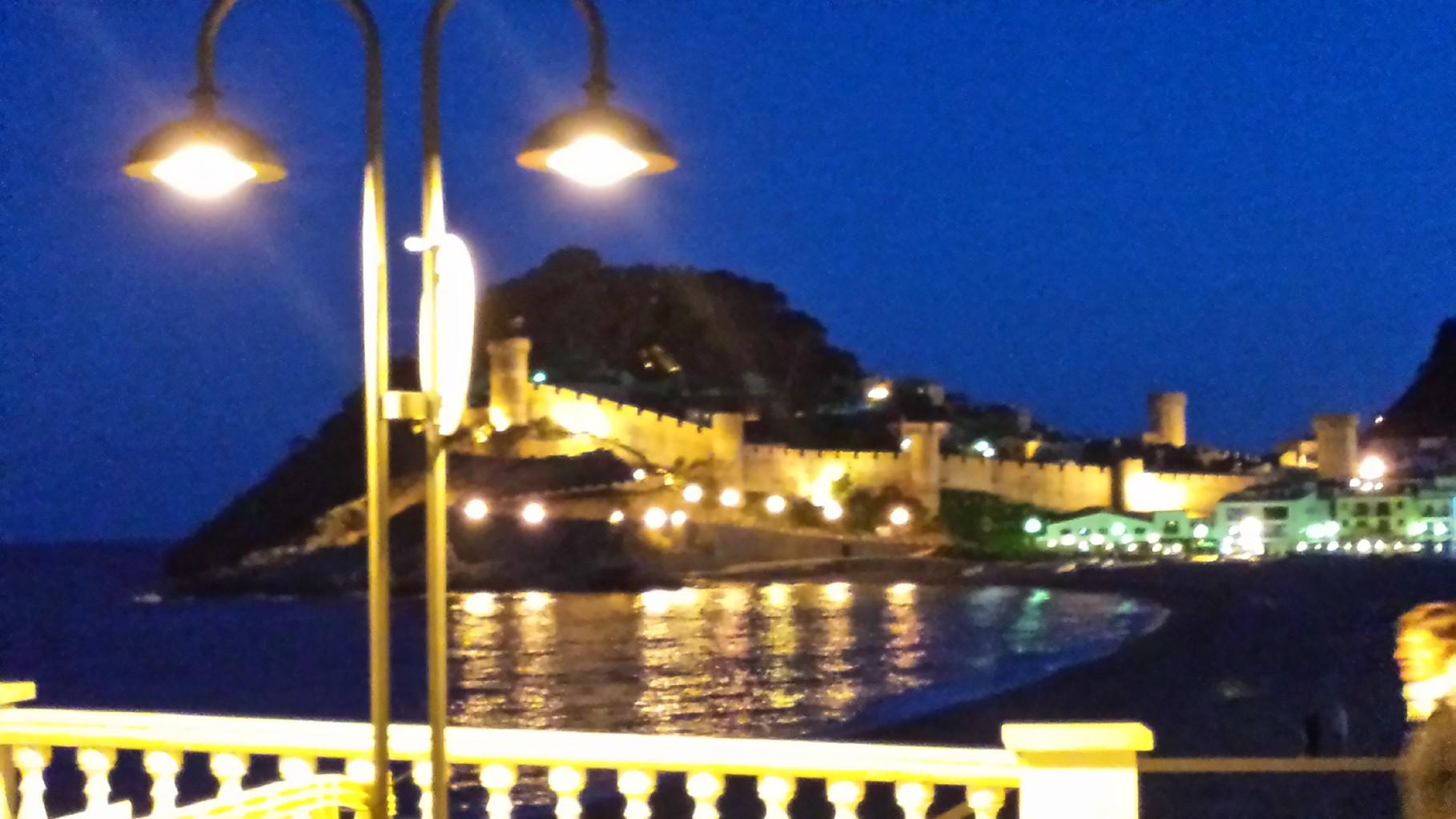 Vista nocturna del castillo de Tossa de Mar
