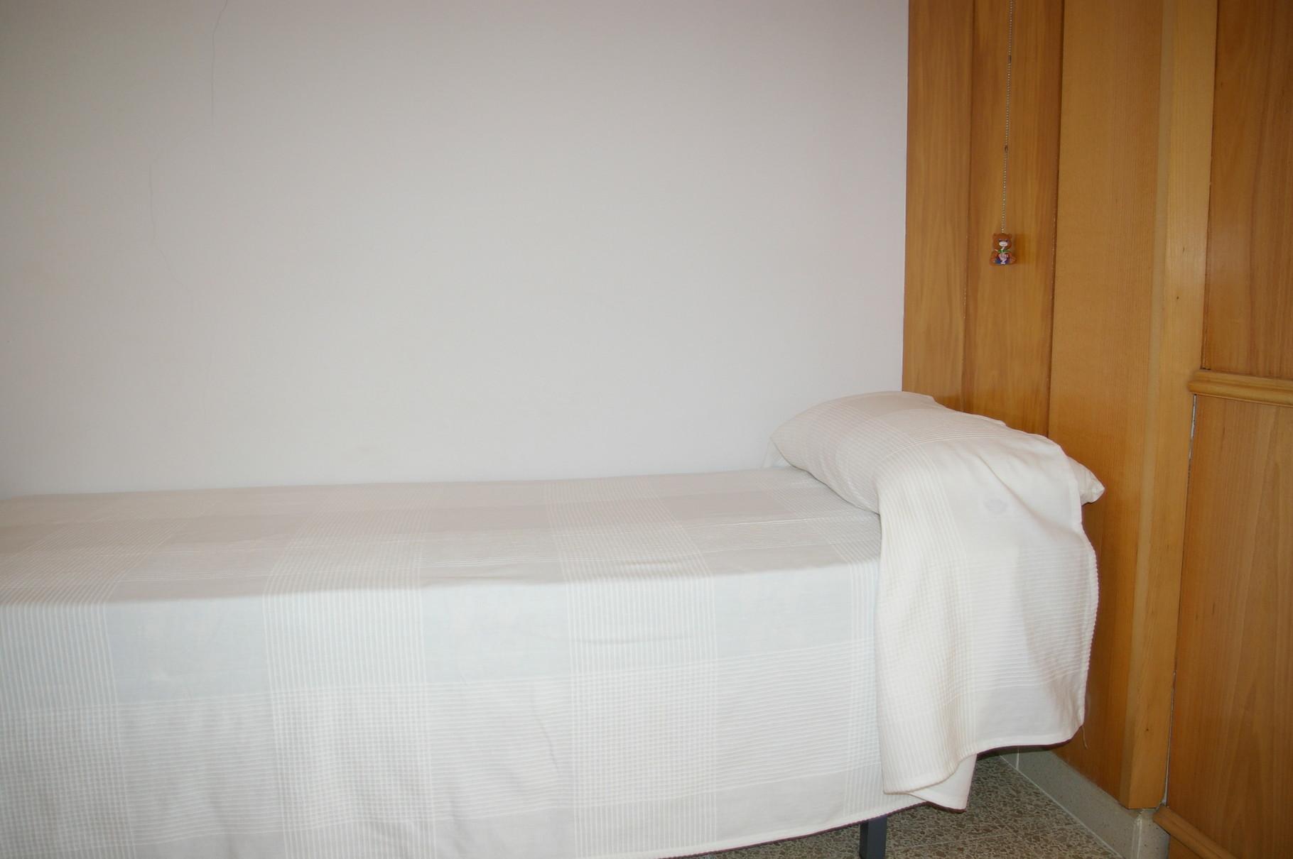 Gran dormitorio con cama de matrimonio y cama individual